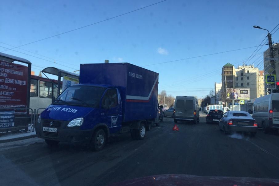 Авария почтового фургона и маршрутки произошла на пересечении улиц Кирова и Калинина