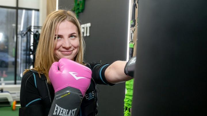 «Нежно погладили электрошокером»: как ведущие Саша Цариков и Маша Богута похудели за одну тренировку