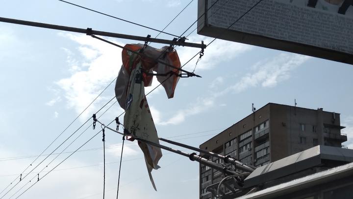 Закрутило на проводах: рухнувший рекламный баннер остановил троллейбусы в Волгограде