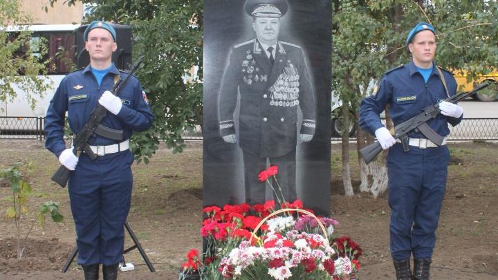 Котельниково помнит своих героев: в городе установили стелугенерал-лейтенанту Валерию Московченко