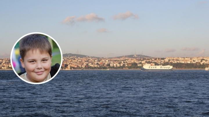 «Я не придумала, что делать, а Матвей уже прыгнул в воду»: школьник из Перми спас ребенка в Турции