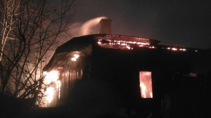 Видео: пожарные тушат пылающий дом во время штормового ветра