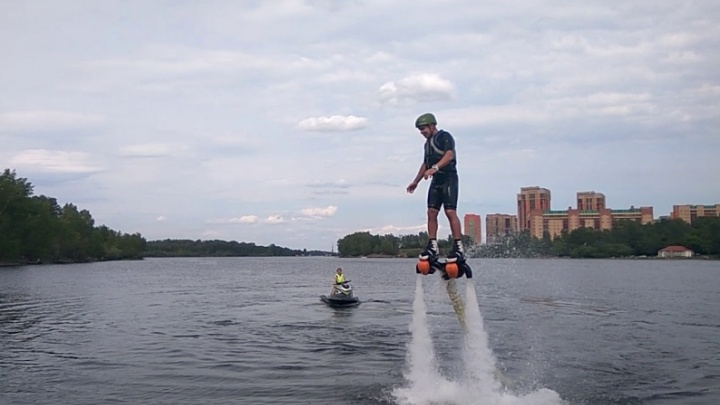 Стартовал сезон экстремальных полётов на доске над водой