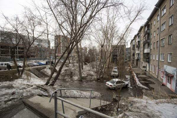 Жителей дома на Кошурникова, 31 предупредили, что территорию хотят облагородить