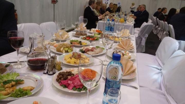 «Алкоголя на столах нет»: самарский депутат опубликовал фото с губернаторского банкета