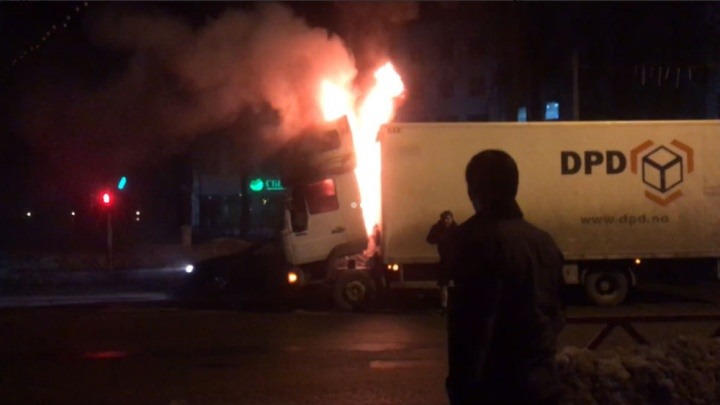 «Лишь двое водителей дали огнетушитель»: в центре Ярославля загорелась фура с килькой