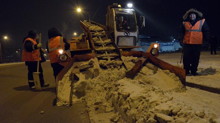 Ночью омские дорожники сломали грейдер и пескоброс, когда очищали улицы