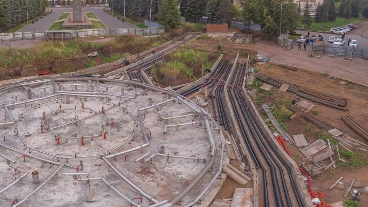 Работают без отсрочек: мэрия пообещала достроить фонтан в центре Уфы в срок