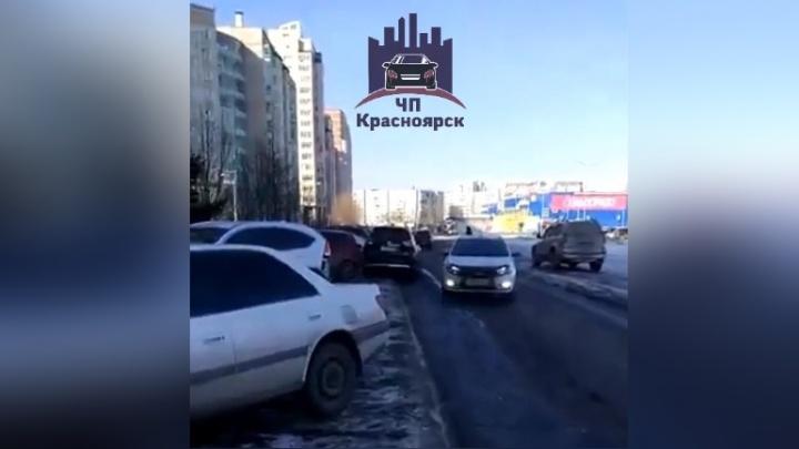 Водитель «Ниссана» упал в обморок за рулём и помял три припаркованные машины