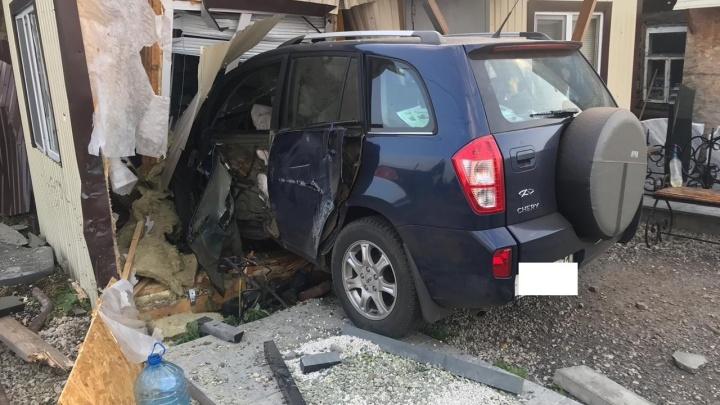 В Уфе подросток на автомобиле протаранил здание торгового павильона