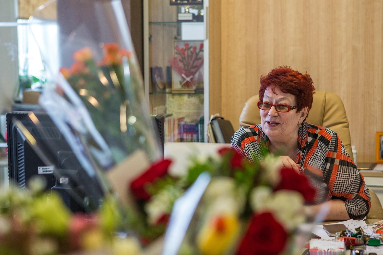 Татьяна Алексеева руководит гимназией уже 30 лет —в предпраздничный день её кабинет был полностью заставлен букетами живых цветов