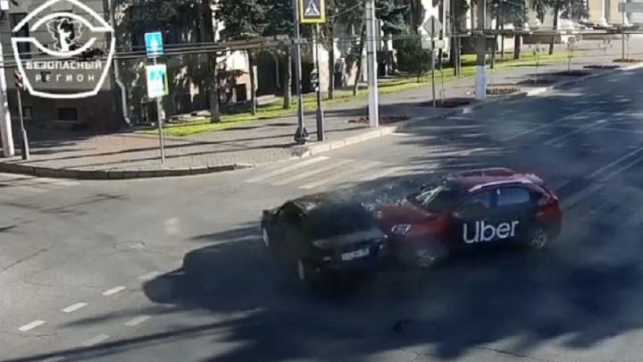 У администрации Волгоградской области такси протаранило легковушку: видео