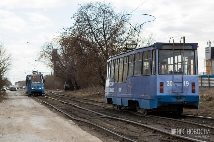 На перекрёстке скопилось около пяти трамваев. Фото из архива НГС
