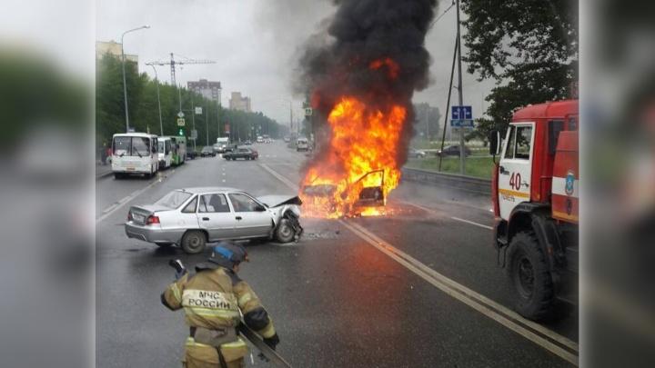 Взрыв машины такси на Щербакова попал на видео