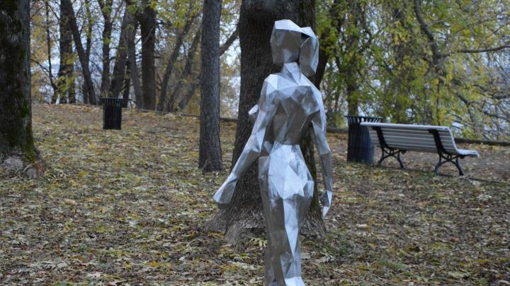 «90-60-90, зовут Ева»: в Александровском саду появилась железная леди