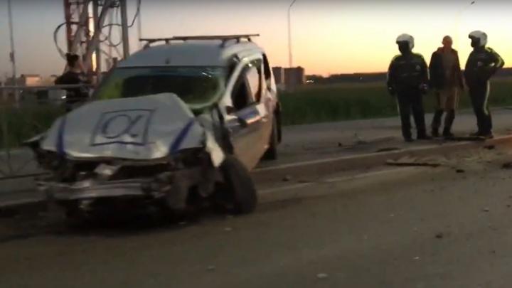Уходя от столкновения, влетел в отбойник: в аварии на Федюнинского пострадали два человека