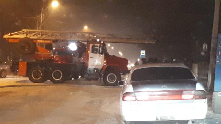 Экстренные службы перекрыли дорогу в Кировском районе