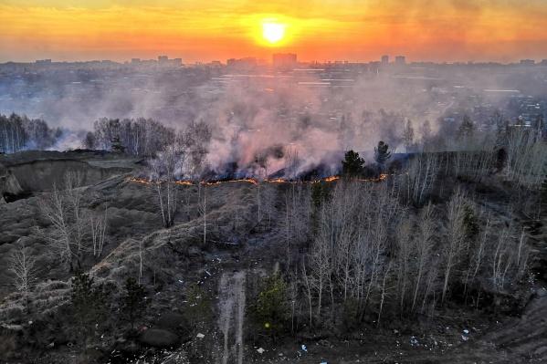 Дым от пожара видно за несколько кварталов
