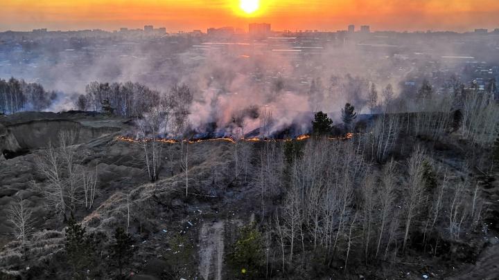 Фото: на Плющихинском жилмассиве загорелась сухая трава