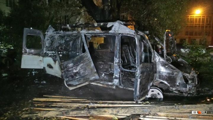 В центре Екатеринбурга сгорела машина частной скорой помощи: видео