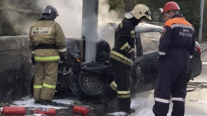 «Части авто разбросаны метров на двадцать»: на Белинского легковушка врезалась в столб и загорелась