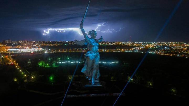 Гром, молнии и Свет Победы: смотрите, как «Родина-мать» перевоплощается под проливным дождем