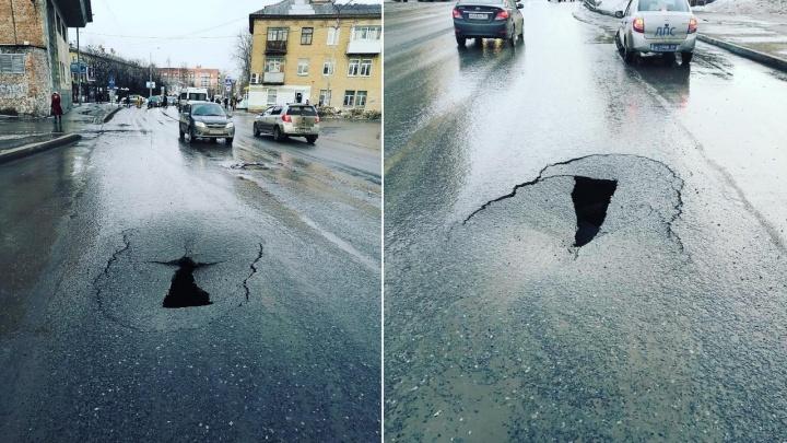 В Перми на улице КИМ провалился асфальт