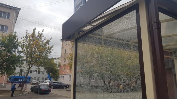 В Кургане вандалы разбили стекло на автобусной остановке