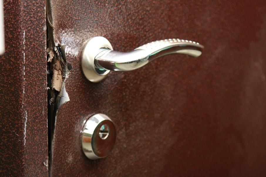 Воры пробрались в квартиру ночью, вскрыв дверь