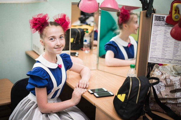 Алиса Эрбис — одна из девяти юных артистов, гастролирующих с «Театром-Театром»