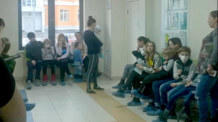 «Дети падают в обморок»: жители Академического не могут попасть к врачу из-за огромных очередей