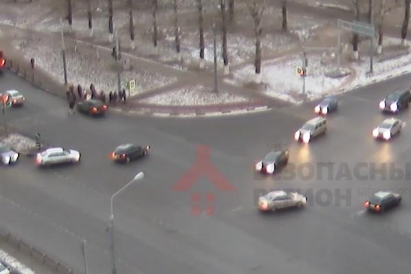 Машина врезалась в толпу пешеходов, ступивших на переход
