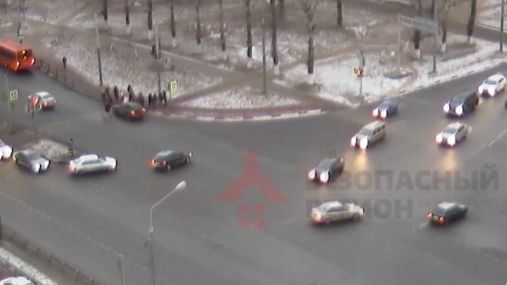 Ударил по тормозам после того, как сбил людей: появилось видео жуткой аварии на Московском проспекте