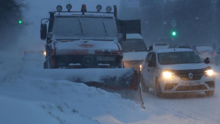 Снегопады и заносы на дорогах: МЧС объявило штормовое предупреждение