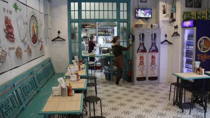 На улице Ленина открылось вьетнамское кафе с портретом молодого Путина и тесаками в стене