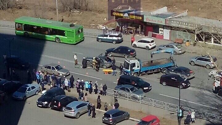 Неожиданный разворот обернулся массовой аварией на Мясокомбинате: водителя зажало в салоне