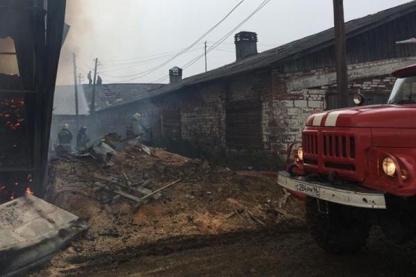 На месте работает десять пожарных машин