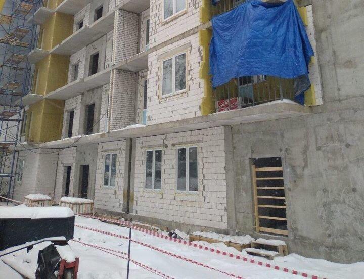 Поддон выпал с одного из этажей недостроенного дома