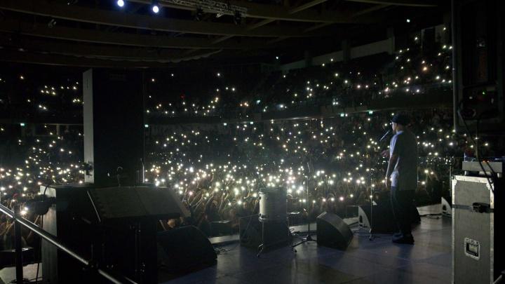 «Это Тюмень, детка!»: смотрим, как 3500 человек с фонариками хором поют с Бастой его новый хит