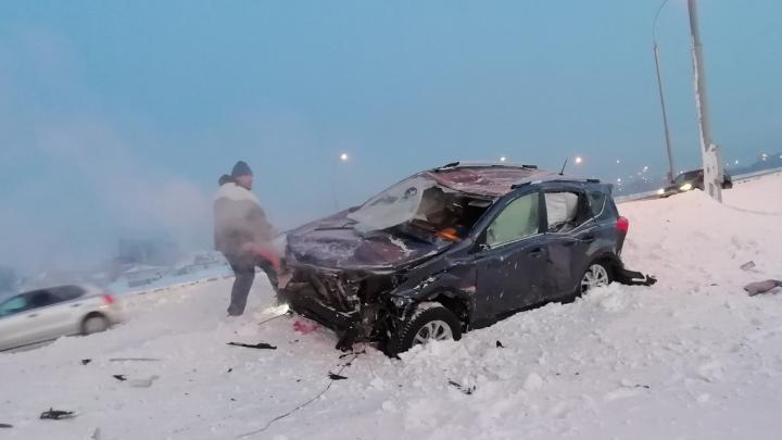На Северном объезде внедорожник врезался в столб — пострадал водитель