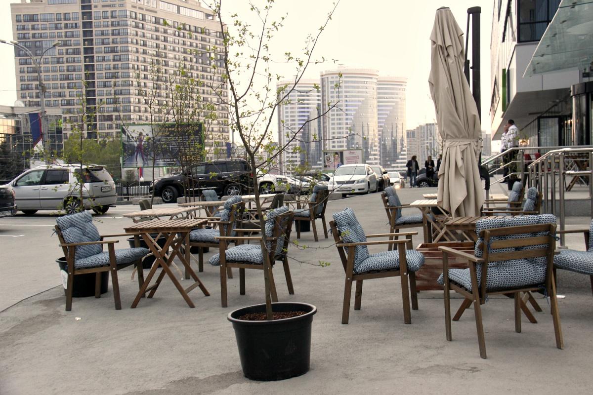 Летняя веранда кофейни PRIMETIME и ресторана «Маргарита пьёт вино»