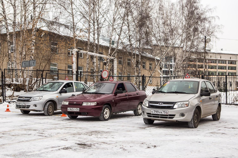 В парке автошколы —несколько машин отечественных марок, специально оборудованных для людей с инвалидностью