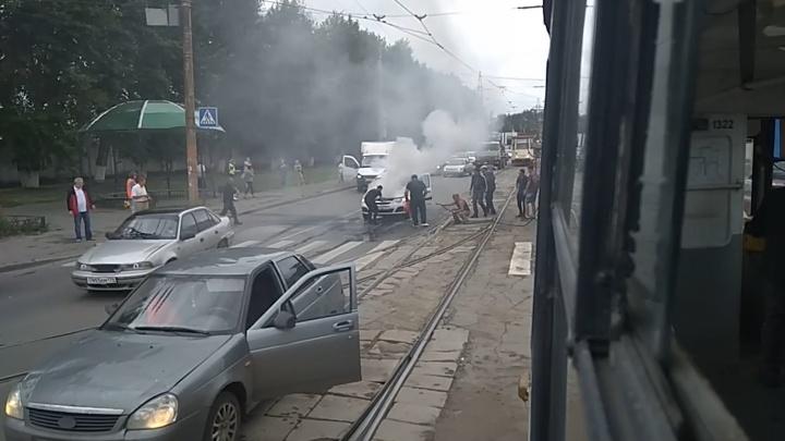 Возле трамвайного депо в Челябинске загорелась машина