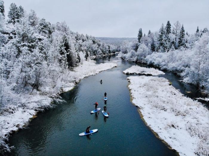 Сёрферы отправились на реку, когда выпал снег