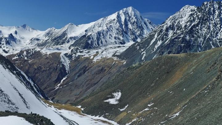 Алтайские спасатели возобновили поиски попавших под лавину новосибирских туристов