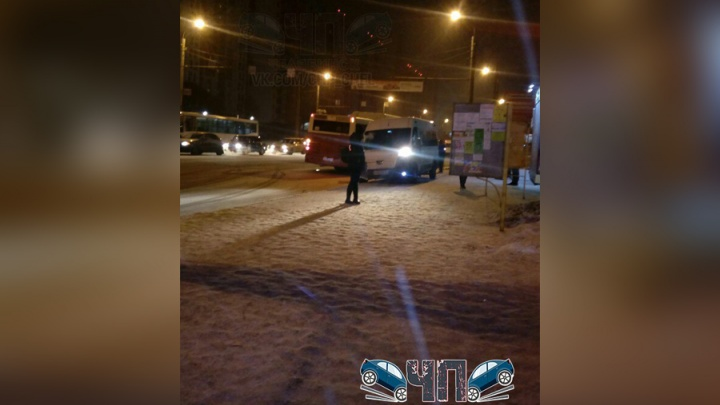 В Челябинске маршрутка вылетела на встречку и столкнулась с автобусом