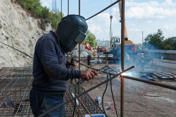 Мужчина распиливал металлический кран, когда на него упала конструкция