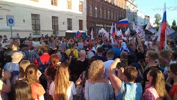 «За Россию!»: в Самаре фанаты сборной страны прошагали колонной по исторической части города