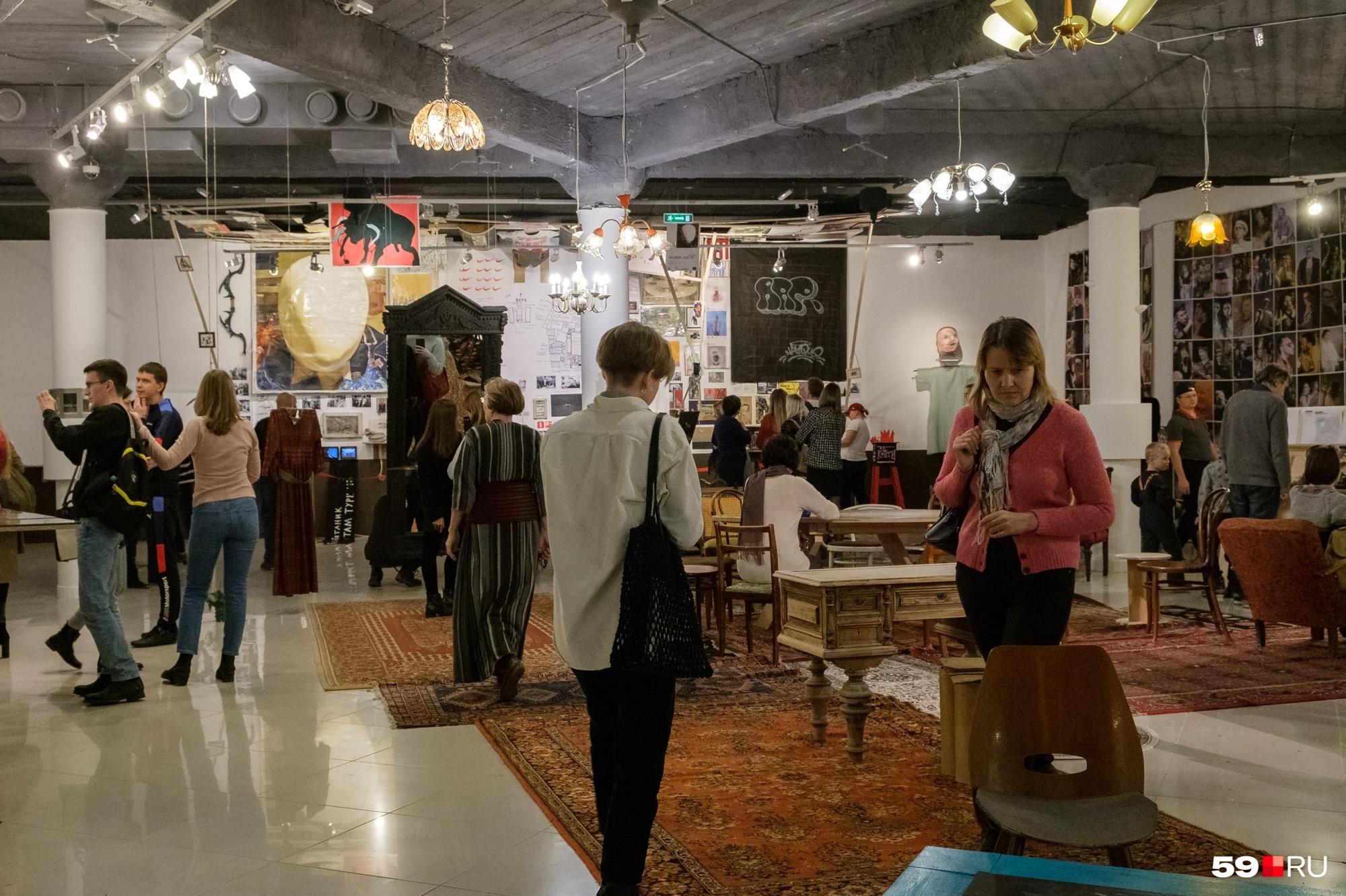 В экспозиции много мебели из прошлых десятилетий