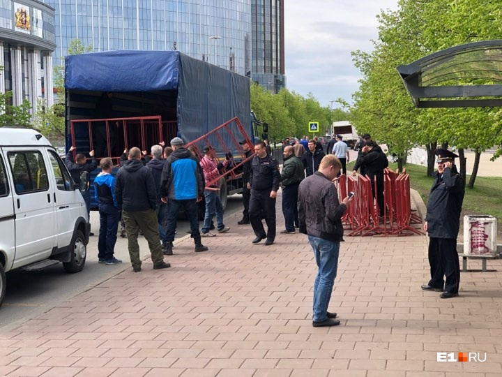 Множество машин Росгвардии приехали к скверу: онлайн-трансляция